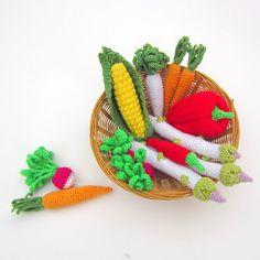 Zelenina Originální háčkovaná sada 13-ti kusů zeleniny pro malé hospodyňky. Sada se skládá: 1x paprika kapie 1x čili paprička 1x kukuřička 3x chřest 3x mrkev 3x ředkvička 1x petržel Velikost: kapie - průměr 6 cm, délka 10 cm se stopkou čili paprička - průměr 2 cm, délka 9,5 cm kukuřička - průměr 3,5 cm, délka 13 cm chřest - délka 15- 16 cm mrkev - 11- 12 cm ... Marceline, Coin Purse, Red Peppers, Creative, Coin Purses