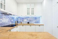 Biało-niebieska mozaika z płytek sprawiła, że wnętrze straciło swój sterylny charakter. #kuchnia #urządzanie #dom #inspiracje #design #kitchen #kitcheninspiration #kitchendesign Kitchen Design, Kitchen Cabinets, Future, Interior Design, Projects, Home Decor, Encaustic Tile, Kitchens, White Kitchens