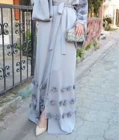 Immer elegant Source by The post Gray Abaya. Islamic Fashion, Muslim Fashion, Modest Fashion, Fashion Dresses, Dubai Fashion, Abaya Fashion, Modest Wear, Modest Outfits, Eid Outfits
