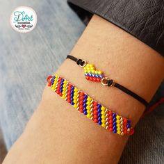 No hay descripción de la foto disponible. Loom Bracelet Patterns, Bead Loom Bracelets, Bead Loom Patterns, Jewelry Bracelets, Paper Beads, Brick Stitch, Loom Beading, Friendship Bracelets, Seed Beads