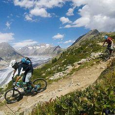 Der #aletschgletscher bietet eine der schönsten Aussichten in der Schweiz hier gezeigt von  @chbuetler -  breathtaking views high above the #aletsch #glacier #mtbswitzerland #wallis #valais #mountains #singletrail #trailplayground #mtb #mountainbike #enduromtb #mtblife #ridefox #rideshimano #ergonbike #qloom #qloombikewear #bluegrasseagle #nanuksport #santacruzbikes #bikeschoolengadin