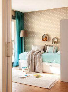 Dormitorio con papel pintado beige de motivos animales
