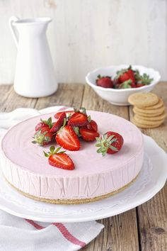 Frozen strawberry and white chocolate mousse cake. An elegant and refreshing dessert, perfect for summer days. (in Greek) White Chocolate Mousse Cake, Chocolate Yogurt, Candy Recipes, Dessert Recipes, Pie Recipes, Strawberry Mousse Cake, Syrup Cake, Refreshing Desserts, Pudding Cake