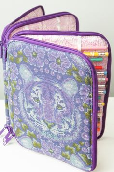 Sew Sweetness Ultimate Art Organizer sewing pattern **Just bought the pattern. I'm looking forward to working with this. Sewing Hacks, Sewing Crafts, Sewing Projects, Sewing Tips, Bag Patterns To Sew, Pdf Sewing Patterns, Crochet Supplies, Art Case, Craft Bags