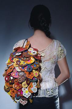 """O artesanato brasileiro é um orgulho para todos nós, existem milhares de técnicas e artesões incríveis que fazem aquelas mais clássicas como renda, cerâmica, trançado e cestaria entre outros. Hoje o Artista em Foco te apresenta o Espedito Santo, com """"S"""" mesmo não escrevi errado não, e se você gosta da nossa cultura e do… Fernanda Yamamoto, Bohemian Style, Boho, Burlesque, Ruffle Blouse, Arts And Crafts, My Style, Womens Fashion, Leather"""