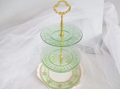 A perfect fit for summer garden parties, afternoon teas or luncheons with this pretty 3-tier green depression glass and bone china cake