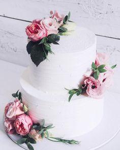 А вот и тортик с предыдущего видео!Волшебный и нежный,все таки свадебные торты с цветами это всегда идеально! Внутри этого малыша безумно вкусная начинка шоколадная с малиной,воздушные шоколадные бисквиты,малиновый корфитюр,шоколадный ганаш из черного шоколада,свежая малина и безе.❣️Вес 5кг.//#lavender_bakery #lavender_cake
