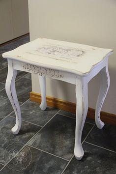 Hermosa mesa de arrimar, en técnica decapada, y pátina