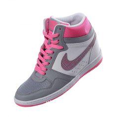 Luce un estilo muy femenino y deportivo con los tenis Force Sky High de Nike para mujer.