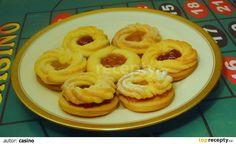 LINECKÉ ZÁKLADNÍ Do osáté mouky a cukru přidáme ztuhlé nasekané (nastrouhané) máslo, žloutky. Rychle (napřed nožem) vypracujeme hladké těsto a...