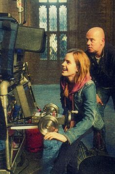 Emma Watson behind the scenes of Harry Potter and the Deathly Hallows part 2 / 2011 Saga Harry Potter, Harry Potter Humor, Harry Potter Love, Harry Potter Universal, Harry Potter World, Harry Potter Hermione Granger, Emma Watson, Draco Malfoy, Hogwarts