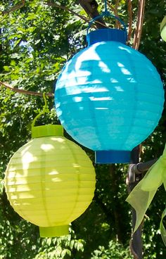 Hang colorful cheap paper lanterns from tree branches and patio umbrella ribs for splashes of color. Cheap Paper Lanterns, Pool Candles, Pool Party Decorations, Pool Fountain, Pool Floats, Cool Pools, Solar Lights, Tree Branches, Ribs