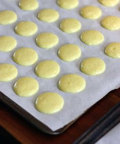 How to make macarons: a detailed, illustrated step-by-step recipe. I've never had a macaron but they seem to be popping up everywhere, so I'm thinking I might have to try them. Cookie Desserts, No Bake Desserts, Just Desserts, Cookie Recipes, Delicious Desserts, Dessert Recipes, Yummy Food, Cupcakes, Cupcake Cakes