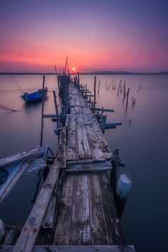 Way to the sun - Carrasqueira, Portugal Such a beautiful place, i fell in love with it. Hope i'll go back here one day. Cool Pictures, Cool Photos, Beautiful Pictures, Amazing Photos, Beach Aesthetic, Summer Aesthetic, Boat Marina, Beach Boardwalk, Seen