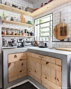 Ótima #inspiração para ajudar na reforma da cozinha. Concreto e madeira vão muito bem! Casa do Rodrigo Reis e Guilherme Avila via @historiasdecasa Foto: Gisele Rampazzo #ideiasdiferentes #referencia