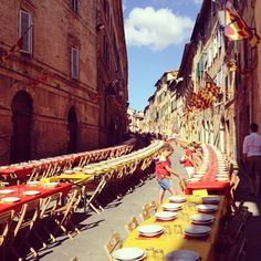 "This evening I'm invited to a dinner with ""only"" 1700 guests !! #laselvatuscanvilla #siena #palio #palio2014 #tuscany"