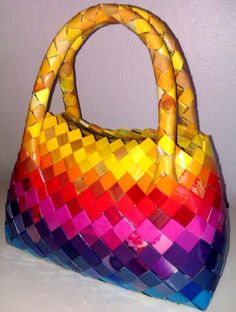 Unik håndtaske flettet i genbrugspapir. Bowlingtaske-facon
