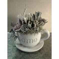 decoratief bloemstuk in kop en schotel