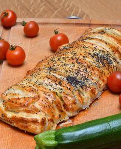 FEUILLETE LEGUMES & MOZZARELLA (pâte feuilletée, 1 courgette, 15 tomates cerises, 1 échalote, 3 tranches de jambon cru, 1 boule de mozzarella, herbes de Provence, huile d'olive, sel/poivre blanc, 1 jaune d'oeuf, graines de pavot)