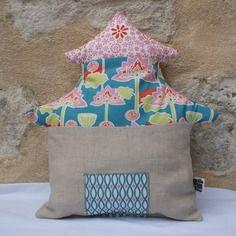 Coussin de décoration pagode en lin naturel et coton bio, rembourrage coton bio. http://kumoandfriends.alittlemarket.com/