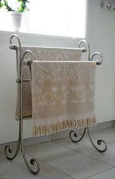 Dette lekre stativet for håndklær har et romantisk design. Iron Furniture, Steel Furniture, Home Decor Furniture, Bathroom Furniture, Furniture Design, Apple Kitchen Decor, Decoration Chic, Wrought Iron Decor, Deco Design