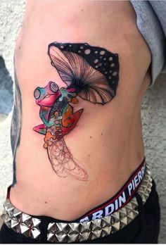 Zanani Zana Ni frog on mushroom tattoo Badass Tattoos, Love Tattoos, Beautiful Tattoos, Small Tattoos, 3 Sister Tattoos, Tatoos, Hand Tattoos, Frog Tattoos, Body Art Tattoos