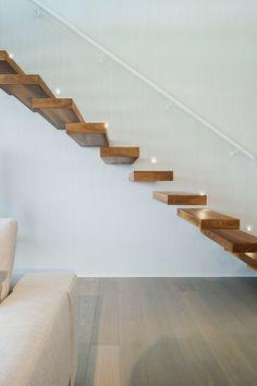 escalier suspendu en bois massif, main courante blanc neige et sol en parquet chêne massif