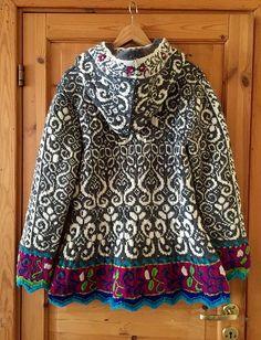 Folk Embroidery Patterns This elaborate pattern draws on Norwegian folk motifs to embellish this ingeniously shaped long fitted jacket. Fair Isle Knitting Patterns, Fair Isle Pattern, Sweater Knitting Patterns, Knit Patterns, Hand Knitting, Knitting Ideas, Laine Rowan, Folk Embroidery, Embroidery Patterns