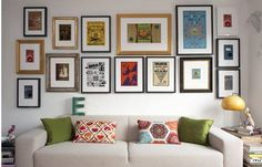 Colocar cuadros para decorar paredes de forma original