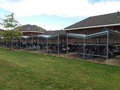 In opdracht van BTL Realisatie heeft Falco acht dubbelzijdige fietsoverkappingen geproduceerd en geplaatst bij een school in Eindhoven. Eindhoven, Deck, Mansions, House Styles, School, Outdoor Decor, Home Decor, Decoration Home, Manor Houses
