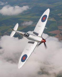 Vintage Aircraft Beautiful Lines — stukablr: Spitfire … - Ww2 Fighter Planes, Fighter Aircraft, Fighter Jets, Ww2 Aircraft, Military Aircraft, Spitfire Supermarine, Photo Avion, Propeller Plane, Old Planes