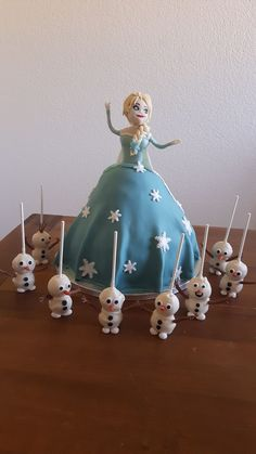 Elsa Geburtstagstorte und Olaf Vanille-Cakepops Cakepops, Olaf, Christmas Ornaments, Holiday Decor, Home Decor, Vanilla, Elsa Birthday Cake, Baking Cupcakes, Pies