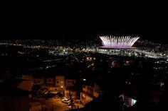 Feuerwerk neben Favela: Die olympische Eröffnungsfeier in Rio de Janeiro, fotografiert aus dem Slum Mangueira.