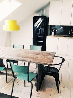 .Mesa de madera con banca de parque y sillas que no combinan