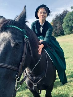 New photo shared by as Queen Victoria riding riding on the set of Victoria Series. Victoria Show, Victoria Series, Queen Victoria Prince Albert, Victoria And Albert, Victoria Masterpiece, Queen Husband, Clara Oswald, Lady In Waiting, Jenna Coleman