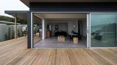 australian beach house. I could HAPPILY live here!