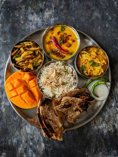 Every region in India has its own version of thali meal. We have got for you 10 Indian thali meal ideas for every day meal menu. North Indian Vegetarian Recipes, Indian Food Recipes, Vegetable Soup Healthy, Healthy Vegetables, Mixed Vegetables, Clean Eating Soup, Clean Eating Recipes, Healthy Eating, 21 Day Fix