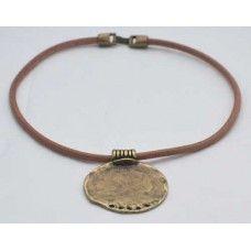 Colgante moneda. PRECIO: 10 €. Colgante con abalorio zamak (5.5 cm.)  en oro viejo con cordón de 4.5 mm. en camel, marrón y negro. También disponible con 2 cordones de cuero de 2 mm. en diferentes colores.