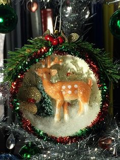 Tutorial to make Christmas diorama ornaments - Women Weaves Vintage Christmas Crafts, Gold Christmas Decorations, Christmas Signs Wood, Holiday Crafts, Handmade Ornaments, Diy Christmas Ornaments, Homemade Christmas, Christmas Fun, Christmas Mantles
