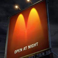 Ação criativa do Mcdonald's. Aberto a noite. Simples assim: http://ale.pt/15AGWZa