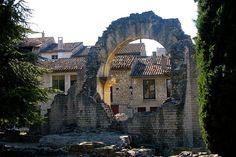 Le théâtre antique de Vaison-la-Romaine : Les lieux mythiques de la Provence - Adossé à la colline de Puymin, le théâtre romain date du Ier siècle. Il permet d'accueillir environ 6 000 personnes. C'est l'un des nombreux témoignages du patrimoine antique exceptionnel de Vaison-la-Romaine, située sur les rives de l'Ouvèze, dans le Vaucluse.  ©  Hélène TALBOT
