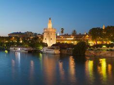 La Torre del Oro de Sevilla desde el Guadalquivir