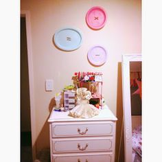 DIY Big Button Wall Art - made from plastic plates!