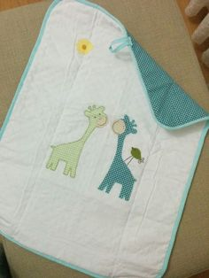 Kumas Kagit Makas: Alt acma bezi Handgemachtes Baby, Baby Art, Quilt Baby, Free Machine Embroidery Designs, Hand Embroidery, Baby Knitting, Crochet Baby, Baby Sheets, Diaper Clutch