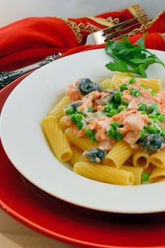 Smoked Salmon Rigatoni in Cream Sauce Recipe- Smoked salmon insn't just for bagels and crostinis any more, toss it in your salad! | #smokedsalmon | www.savoryexperiments.com