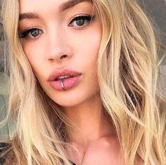 Fake Piercing, Middle Lip Piercing, Lip Piercing Labret, Piercing Girl, Piercing Tattoo, Labret Ring, Septum Ring, Piercings Monroe, Spiderbite Piercings