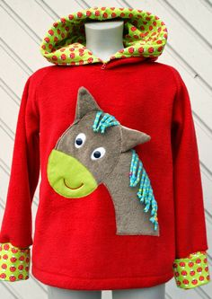 Nadelzauber: Roter Kuschelpulli mit Pferd