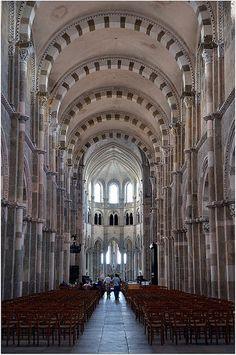 Plus longue (62 m) que celle des grandes cathédrales françaises comme Notre-Dame de Paris (60 m), la large nef est impressionnante. Plus claire que le narthex, elle apparaît comme un long chemin vers le chœur. Cette nef romane fut achevée en 1140 | Flickr: partage de photos!
