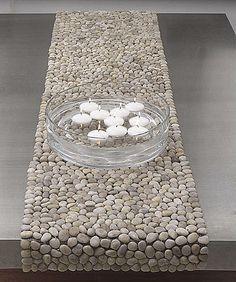 Mantel de mesa con piedrecitas redondas.