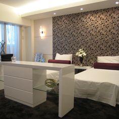 B121 White Sleep 足元に配置したシェルフが高級ホテルのような雰囲気に。白でコーディネートした空間に黒×ゴールドのアクセントクロスが映えます。 #リビング #ベッドルーム #子ども部屋 #キッズルーム #書斎 #和室 #ダイニングルーム #インテリア #コーディネート #家づくり
